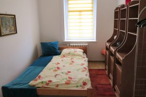 Helles kleines Zimmer mit Doppelbett